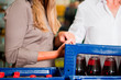 Paar im Supermarkt kauft Getränke