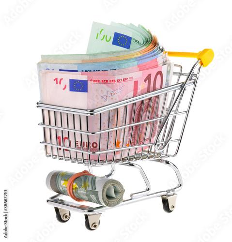 Einkaufswagen voll mit Geldscheinen