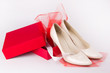 Пара белых туфель в подарок
