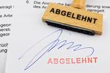 Holzstempel auf Dokument: Abgelehnt