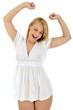 Junge Frau in weißem Nachthemd