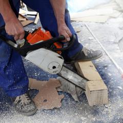 Handwerker sägt Balken mit Elektrosäge