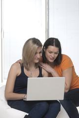 ragazze al computer che giocano
