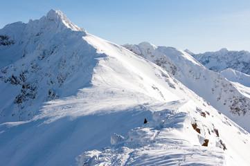 Tatry wysokie w śniegu i turysta