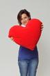 Adolescente con cuore rosso