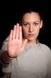 junge Frau in Abwehrhaltung