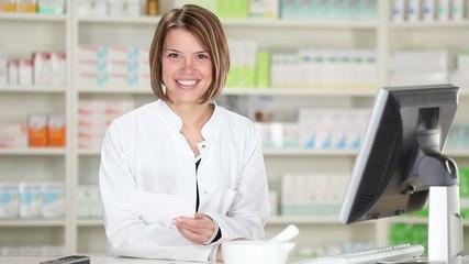junge lächelnde frau in der apotheke