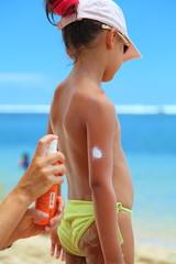 Application d'une crème solaire.