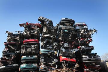 Ein Haufen aus verschrotteten Autos