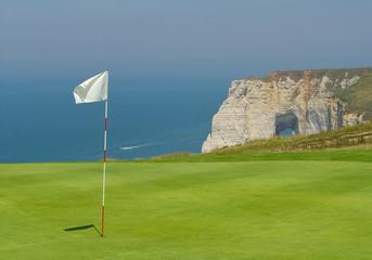 green de golf près des falaises