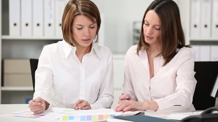 zwei kolleginnen in einer besprechung
