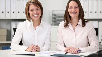 zwei kolleginnen am schreibtisch
