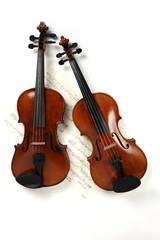 Zwei Geigen mit Notenblatt
