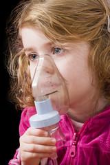 Bambina con aerosol
