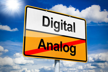 Ortseingangsschild mit Digtal und Analog
