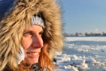 Frau in der Kälte