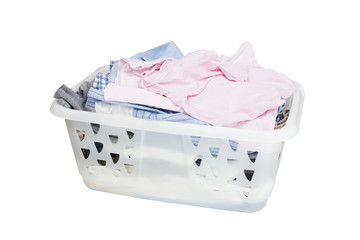 Cesta del bucato su fondo bianco