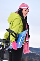 femme avec planche à neige