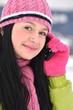 femme avec portable en hiver