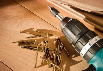 Massivholzparkett mit Werkzeug