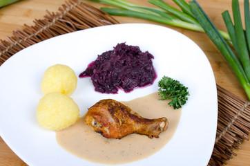 Hähnchenkeule mit Kartoffelklößen an Rotkraut