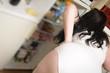Übergewichtige Frau vor dem Kühlschrank