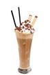 Eiskaffe mit Sahne vor weißem Hintergrund