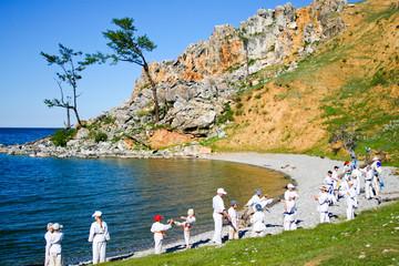 Дети каратисты тренируются на берегу озера Байкала