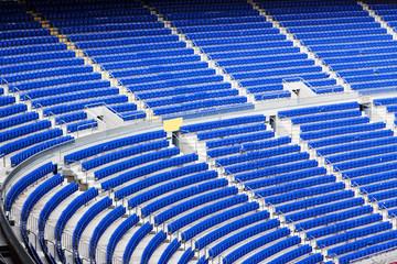 секора с синими пустыми креслами на стадионе