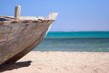 Нос старой лодки на берегу моря