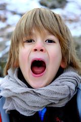 Petit garçon chantant