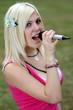 ragazza canta