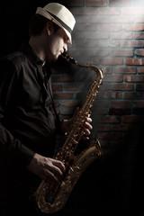 Saxophonist im Hinterhof