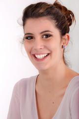 Portrait de jeune-fille au chignon souriante