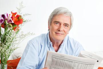 Senior liest Zeitung