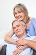 Zwei zufriedene Senioren umarmen sich