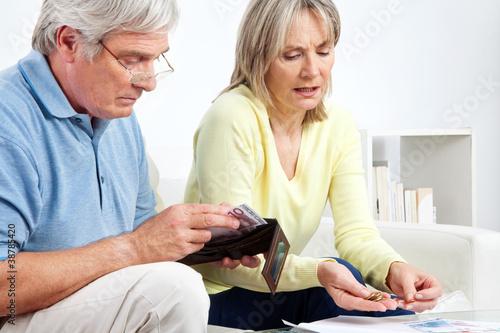 Senioren zählen Geld