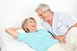 Senioren lachen im Bett