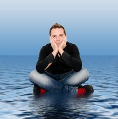 ragazzo seduto sull'acqua