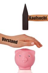 Kaufsucht vs. Verstand - Sparschwein wird vor Hammer beschützt