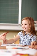fröhliches Mädchen in der Grundschule