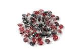 Rote Bonbons auf einem Haufen auf weiß isoliert