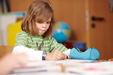 Kind schreibt Aufsatz