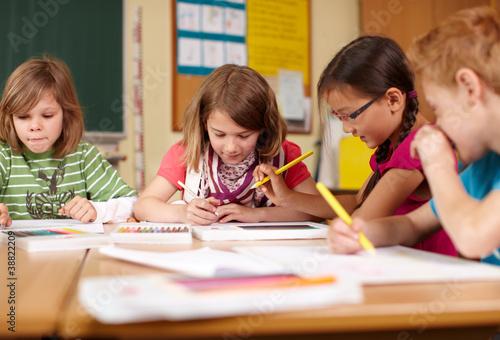 Leinwandbild Motiv fröhliche Kinder in der Grundschule