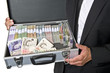 Ein Koffer voller Geld-Währungen.