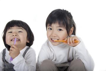 歯磨きをする姉妹