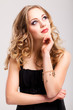 junge nachdenkliche blonde Frau