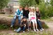 Gruppe Kinder auf Baumstamm