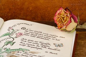 Poesiealbum mit getrockneter Rose
