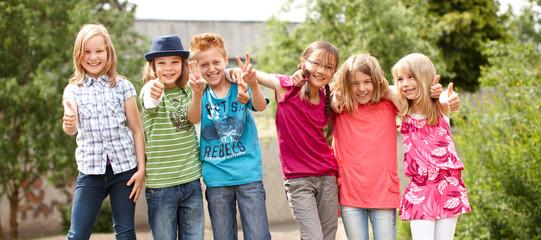 Gruppe fröhlicher Kinder